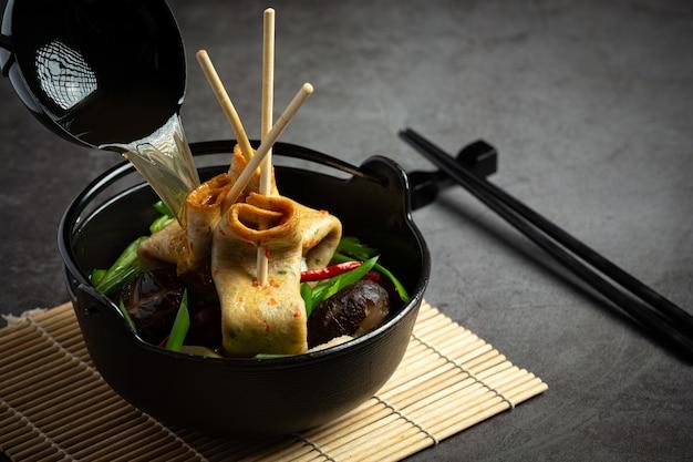 Pastel de pescado coreano y sopa de verduras en la mesa