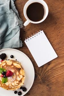 Pastel plano y sorpresa de café para padre