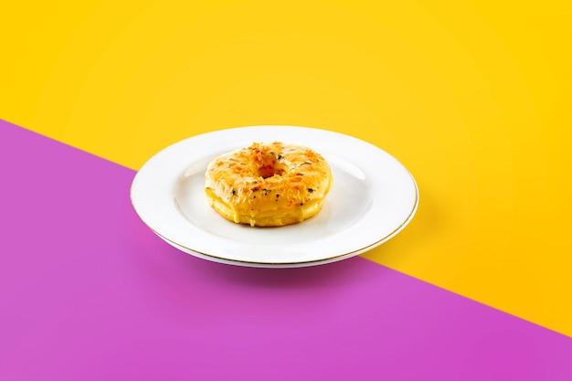 Pastel en el plato en colores vibrantes