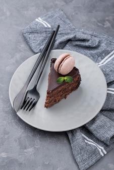 Pastel en plato con menta y cubiertos