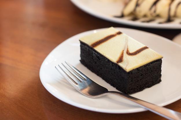 Pastel en plato sobre mesa