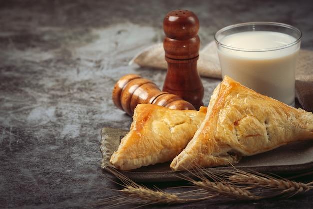 Pastel de pollo o kurnik que está bellamente decorado en la mesa.