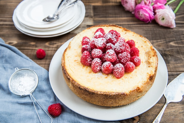 Pastel de queso casero de vainilla con frambuesas