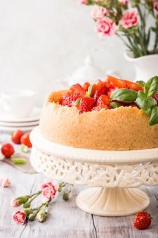 Pastel de queso y flores de fresa