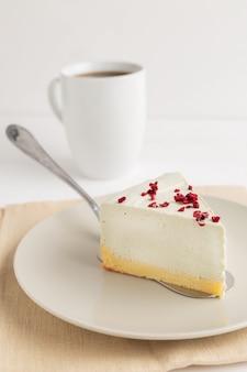 Pastel de queso de té verde matcha sobre fondo blanco.