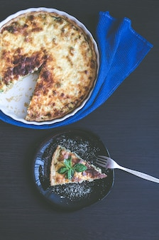 Pastel de quiche lorraine con pollo y champiñones