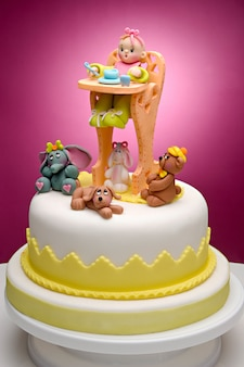 Pastel para recién nacido, con personajes hechos con fondant muy colorido