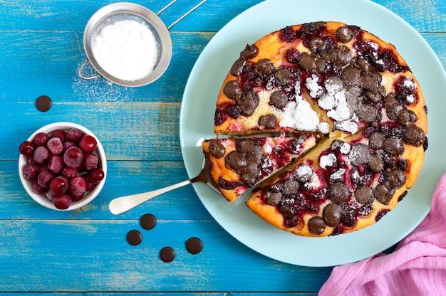 Pastel de requesón con cerezas y gotas de chocolate. la vista superior