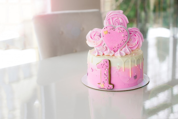Pastel rosa en la celebración del primer cumpleaños de la niña