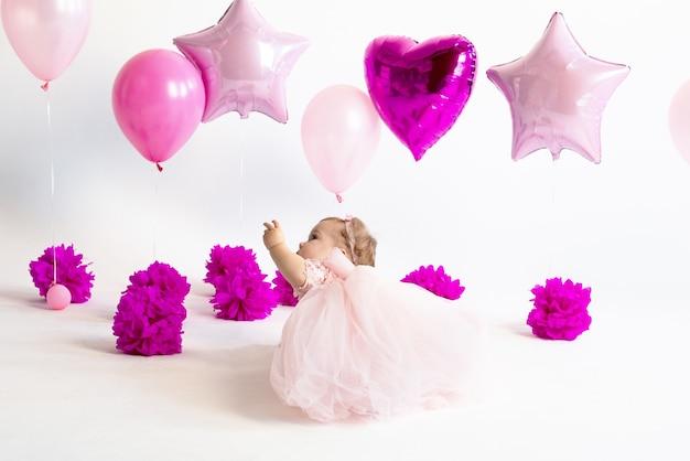Pastel rosa para el cumpleaños de una niña de un año globos unicornio