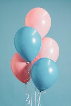 Pastel rosa y globos azules.