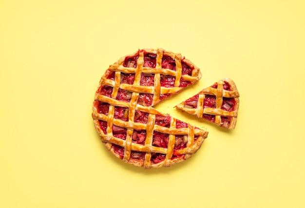Pastel de ruibarbo y fresa con porción de servir