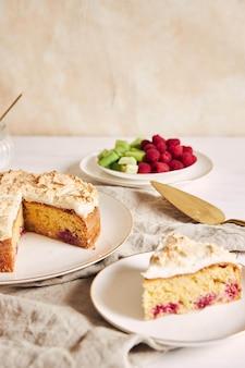 Pastel sabroso y delicioso con baiser y frambuesas en un plato