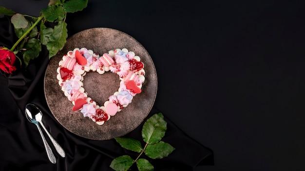 Pastel de san valentín en forma de corazón con espacio de copia
