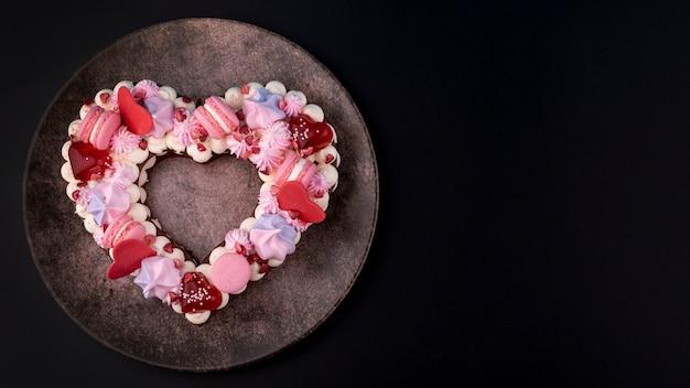 Pastel de san valentín en forma de corazón en un plato con espacio de copia