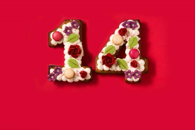 Pastel de san valentín con forma de número en rojo