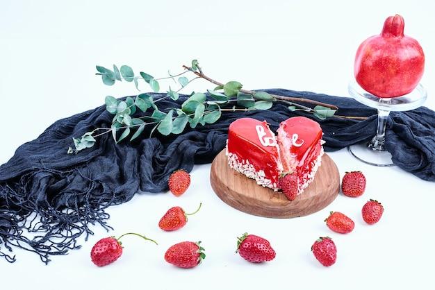 Pastel de san valentín rojo sobre una tabla de madera.