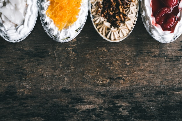 Pastel sobre fondo de madera negra.