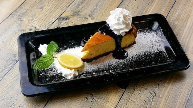 Pastel sobre una mesa de restaurante