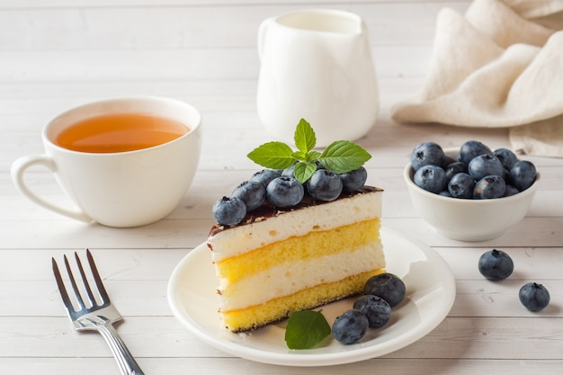Pastel de un souffle con glaseado y arándanos frescos.