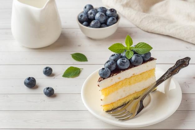 Pastel de soufflé con glaseado y arándanos frescos.