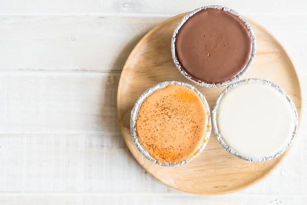 Pastel suave de chocolate, leche de vainilla y té de leche