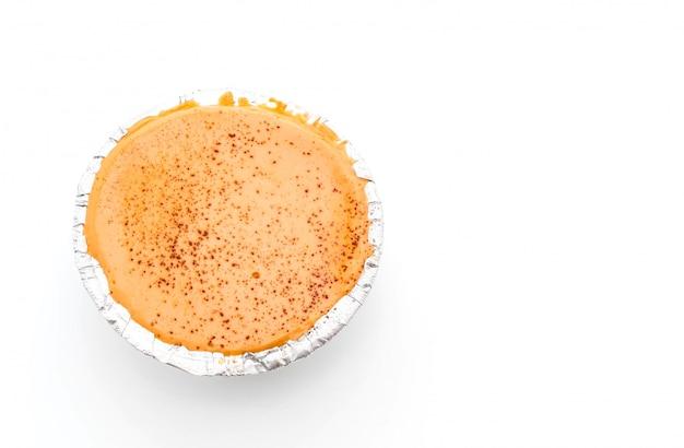 Pastel suave de té con leche en blanco