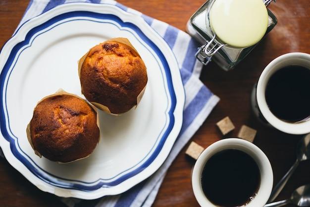 Pastel y taza de café sobre una mesa en estilo inglés