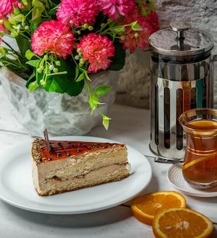 Pastel con té en la mesa