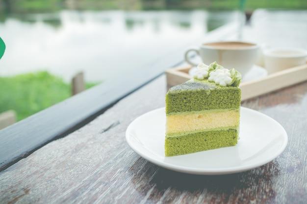 Pastel de té verde con café, desayuno en restaurante al aire libre
