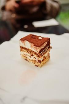 Pastel de tiramisú en plato con encaje blanco.