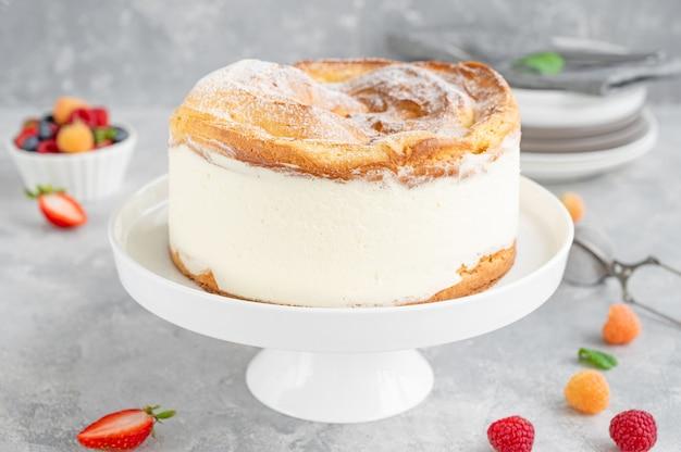 Pastel tradicional polaco karpatka pastel de masa de hojaldre y crema pastelera con bayas frescas