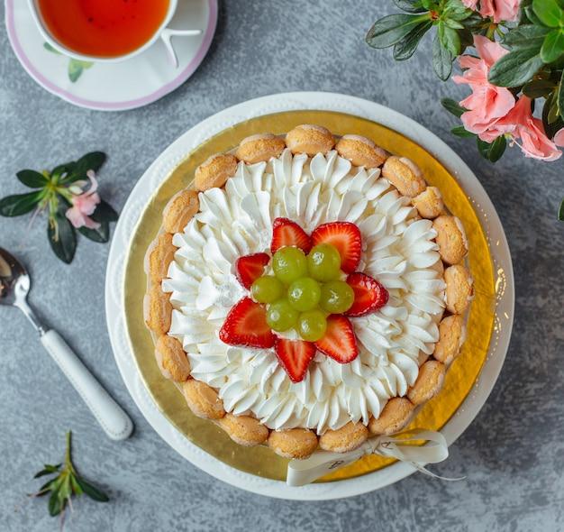 Pastel con uvas y fresa