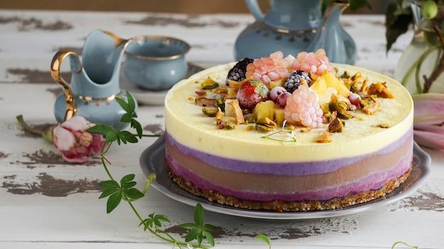 Pastel vegano crudo, piña y chocolate, limón y mora, concepto saludable