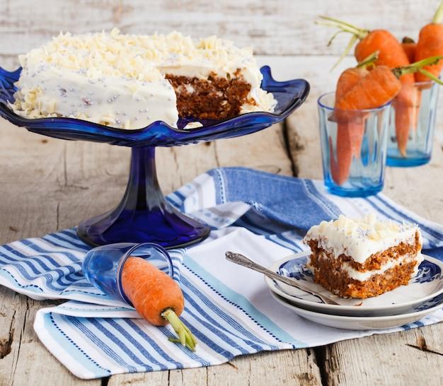 Pastel de zanahoria con crema de mantequilla.