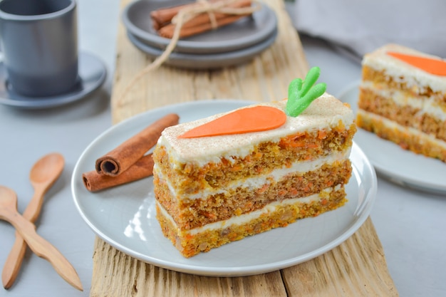 Pastel de zanahoria. tarta de zanahoria con glaseado de queso crema decorado con zanahorias de chocolate
