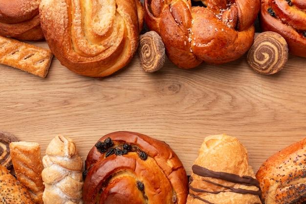 Pastelería casera en mesa de madera