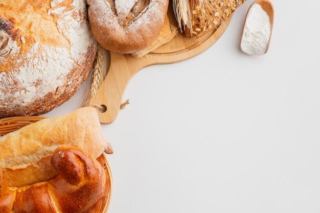 Pastelería en cesta y tabla de madera