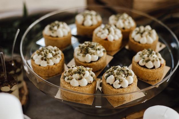 Pastelería decorada con crema en bandeja de vidrio