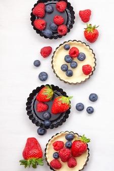 Pastelería dulce con bayas para hornear. vista superior, para recetas, clases culinarias, blog de cocina.
