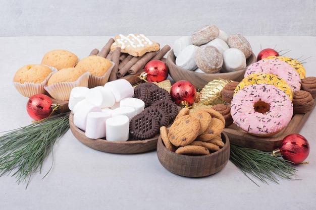 Pastelería dulce de navidad con bolas de mesa blanca.