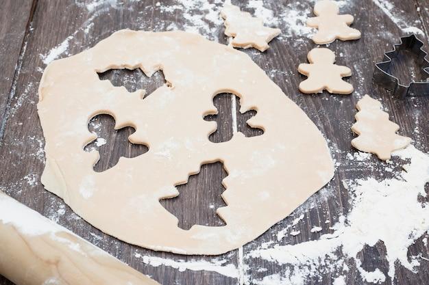 Pastelería con formas cortadas de árbol de navidad y hombre.