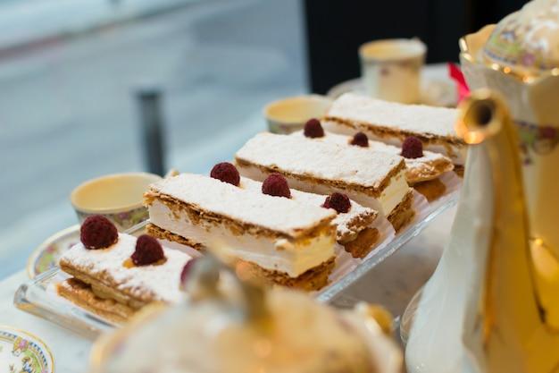 Pastelería francesa en un escaparate de una pastelería.