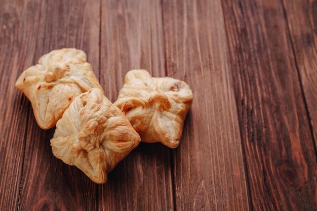 Pastelería fresca en una mesa de madera