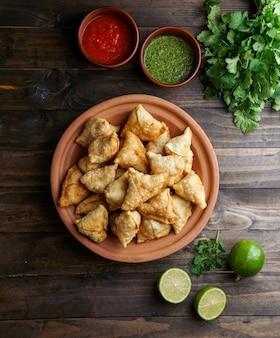 Pastelería frita / horneada samosa con relleno sabroso, bocadillos indios populares