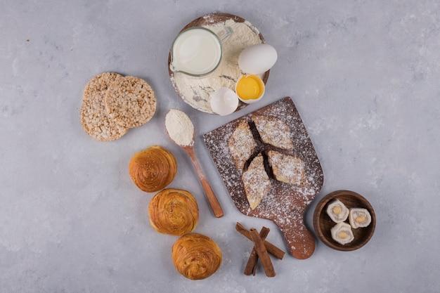 Pastelería con ingredientes sobre una mesa de piedra