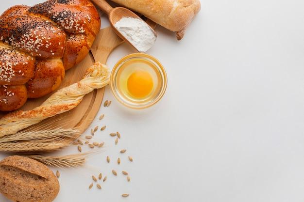 Pastelería sobre tabla de madera con huevo y trigo