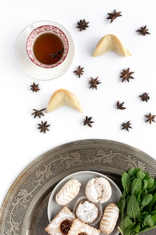 Pastelería tradicional recién horneada con té y menta