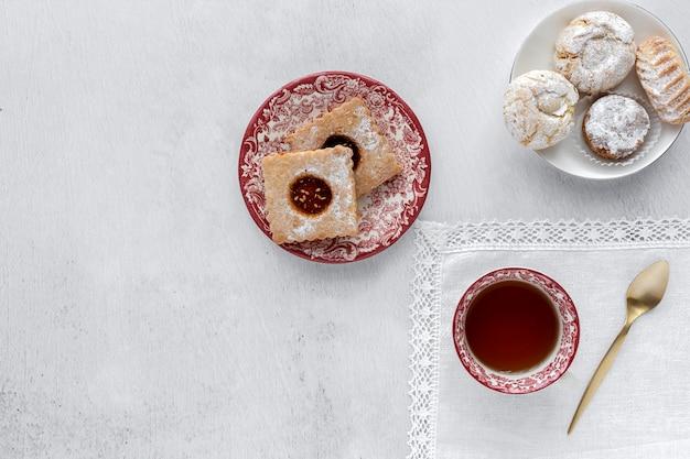 Pastelería tradicional recién horneada con té