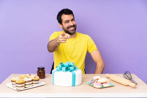 Pastelero con mesa llena de dulces